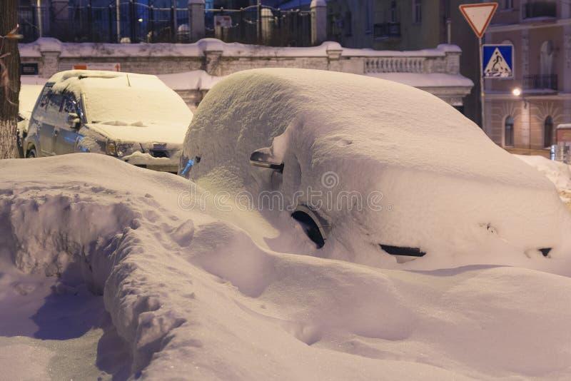 Stående snö-täckte bilar, tungt snöfall kom med frostiga drivor royaltyfria foton