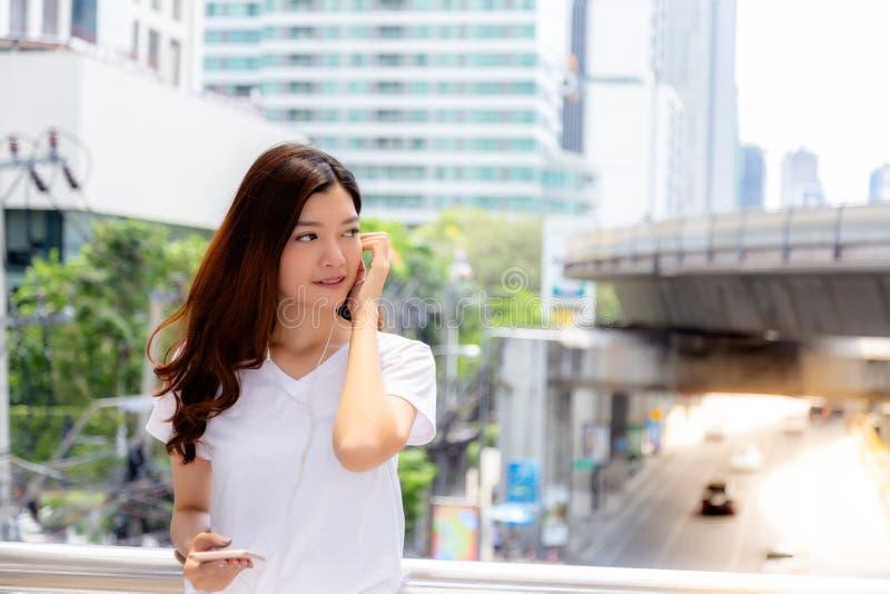 Stående som charmar den härliga unga asiatiska kvinnan Attraktiv kvinna royaltyfria bilder