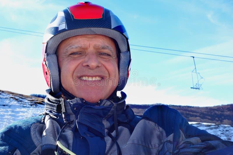 Stående som ler den äldre mannen Ski Helmet Snow arkivbilder