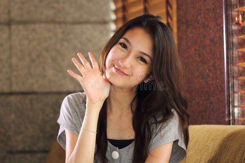 Stående som ler den asiatiska kvinnan fotografering för bildbyråer