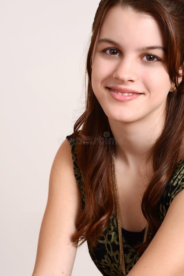 Stående som ler den teen flickan fotografering för bildbyråer