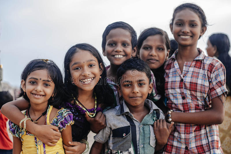 Stående som ler indiska barn på Varkala under pujaceremoni royaltyfria foton