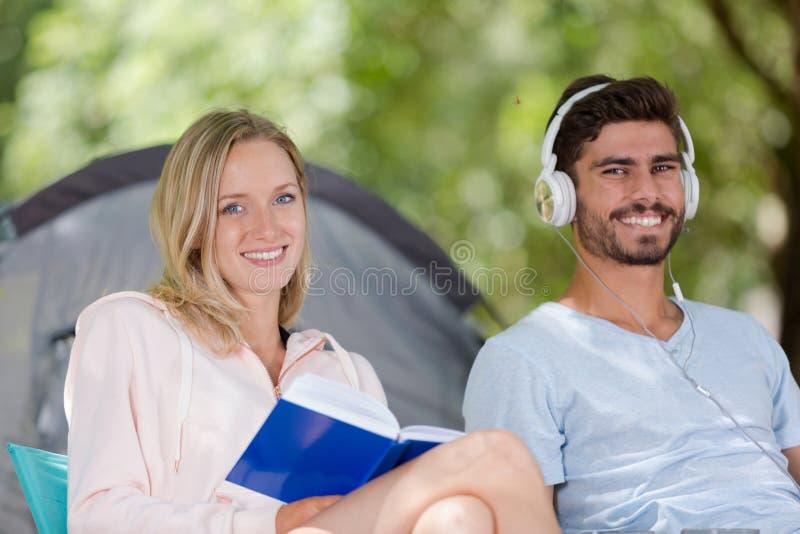 Stående som ler unga par i tält royaltyfria bilder