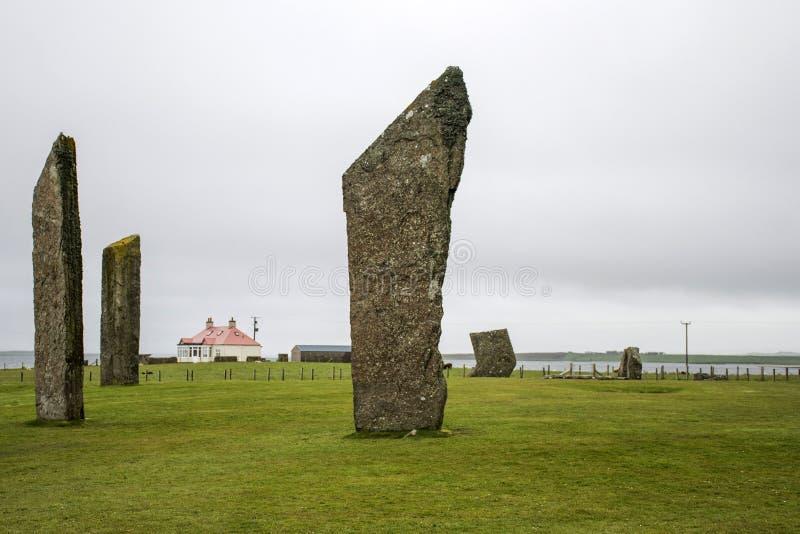 Stående stenar av Stenness Orkney Skottland den neolitiska domarringen royaltyfri fotografi