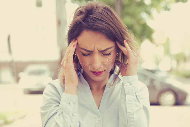 Stående stressad ledsen ung kvinna utomhus Spänning för stadslivstil arkivfoton