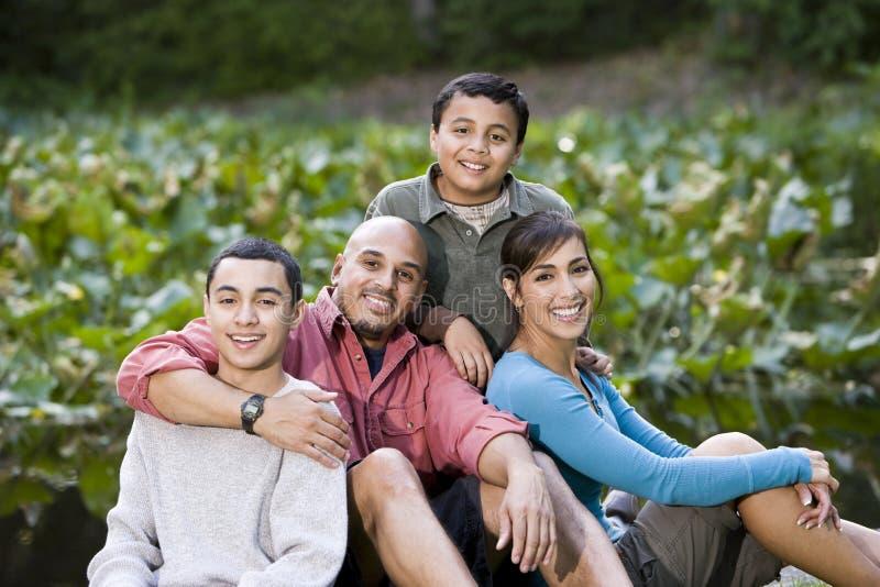 stående två för det fria för pojkefamilj latinamerikansk royaltyfri fotografi