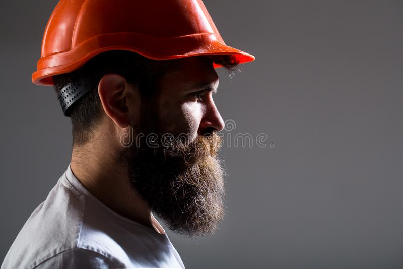 Ståendearkitektbyggmästare, arbeta för väg-och vattenbyggnadsingenjör Byggmästare i hård hatt, ordförande eller repairman i hjälm royaltyfri foto