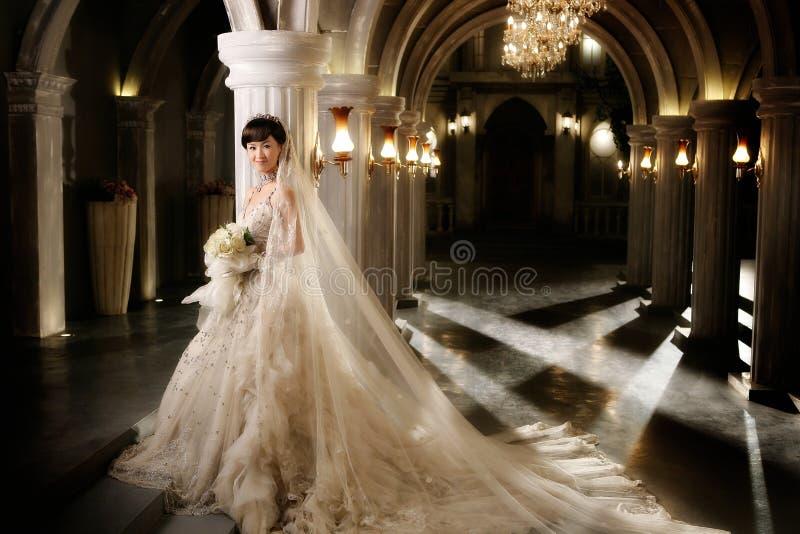 ståendebröllopkvinna royaltyfria foton