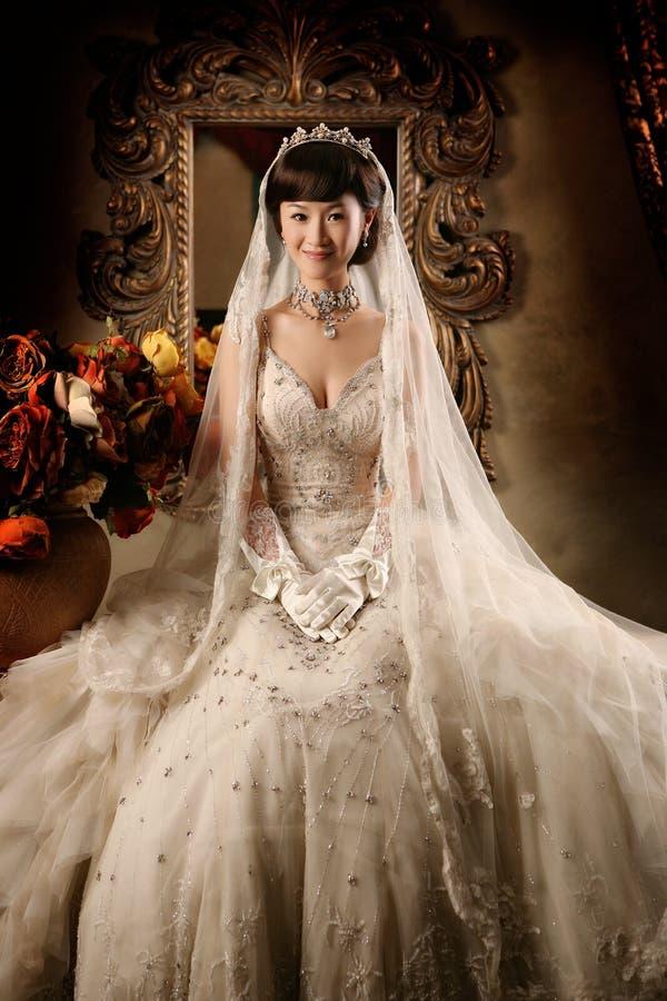 ståendebröllopkvinna royaltyfri bild