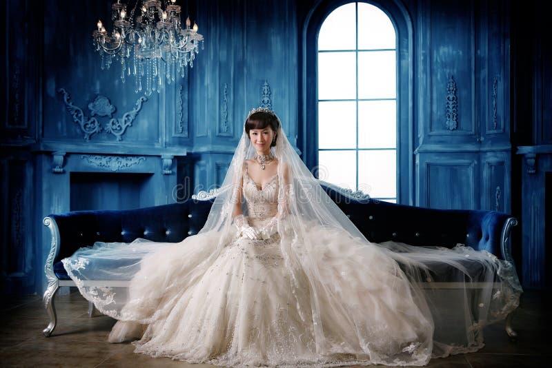 ståendebröllopkvinna arkivbild