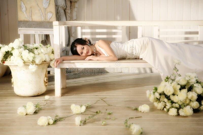 ståendebröllopkvinna royaltyfri fotografi