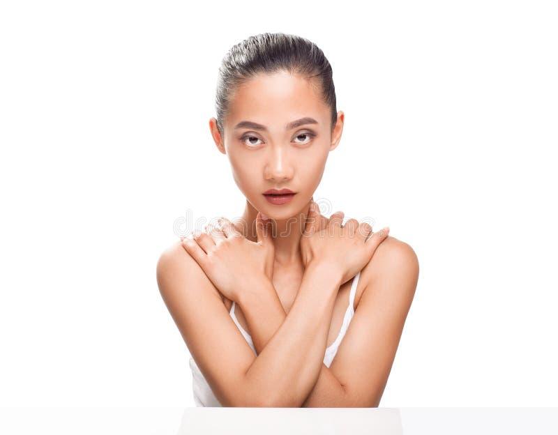 Ståendecloseup av den unga härliga asiatiska kvinnaframsidan royaltyfri bild