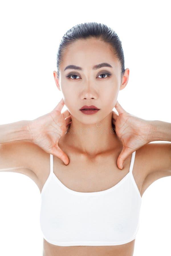 Ståendecloseup av den unga härliga asiatiska kvinnaframsidan royaltyfria bilder