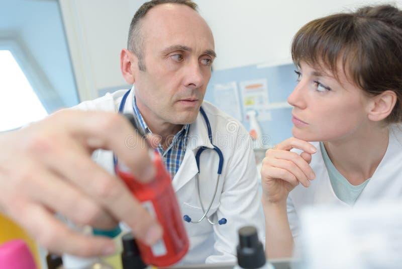 Ståendedoktor och sjuksköterska på arbete i sjukhus arkivfoto