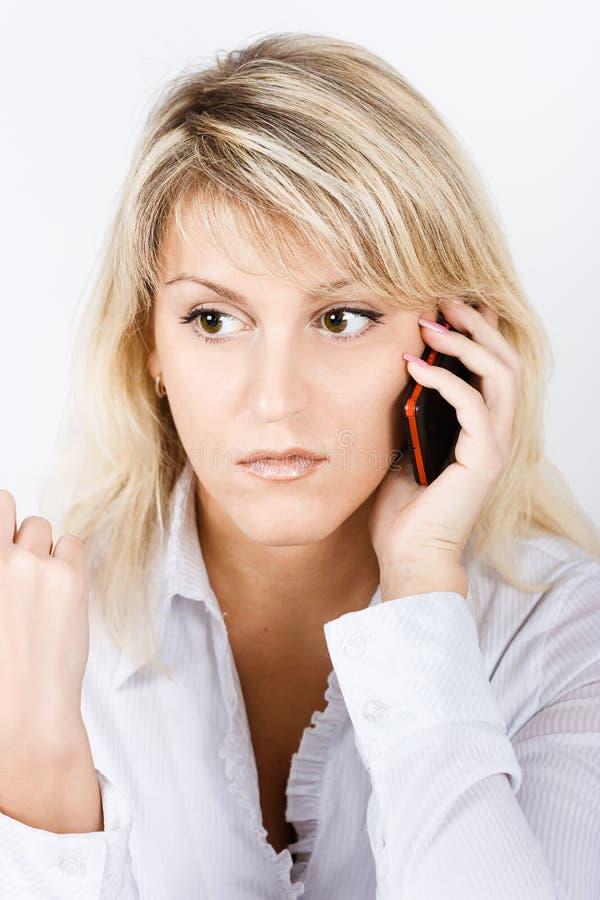 Ståendeflicka med en mobiltelefon royaltyfria bilder