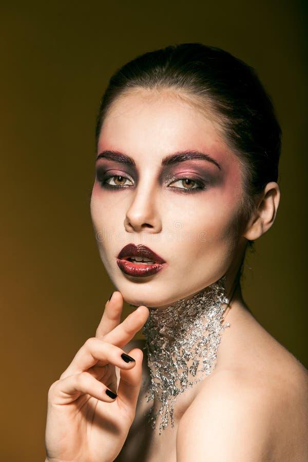 Ståendeflicka med härlig makeup och silver på arkivfoto