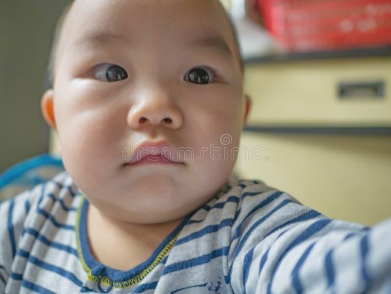 Ståendefoto av Cutie och den stiliga asiatiska pojken arkivfoto