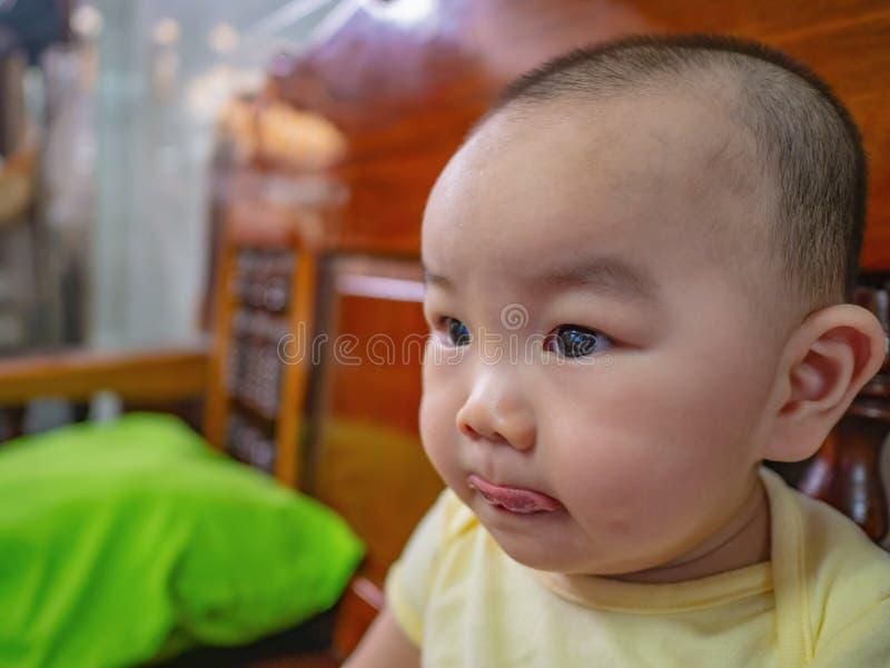 Ståendefoto av Cutie och den stiliga asiatiska pojken arkivbild