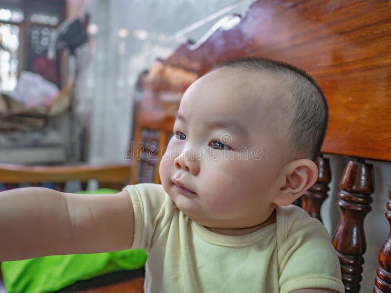 Ståendefoto av Cutie och den stiliga asiatiska pojken fotografering för bildbyråer