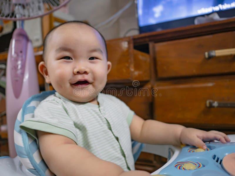 Ståendefotoet av Cutie och den stiliga asiatet behandla som ett barn fotografering för bildbyråer