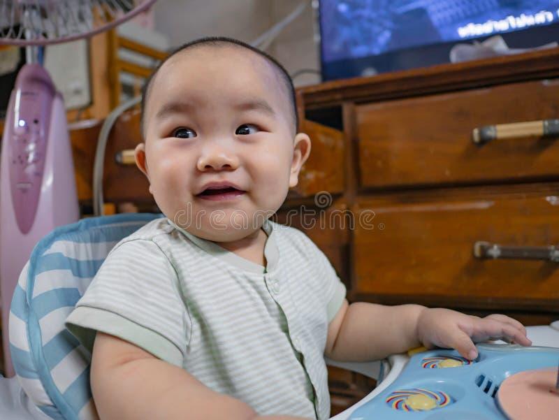 Ståendefotoet av Cutie och den stiliga asiatiska pojken behandla som ett barn royaltyfri bild
