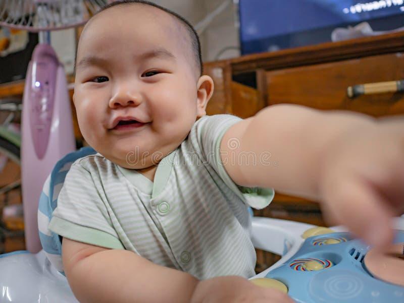 Ståendefotoet av Cutie och den stiliga asiatiska pojken behandla som ett barn royaltyfria bilder