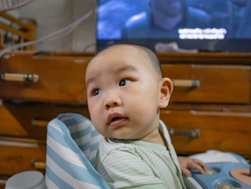 Ståendefotoet av Cutie och den stiliga asiatiska pojken behandla som ett barn royaltyfri fotografi