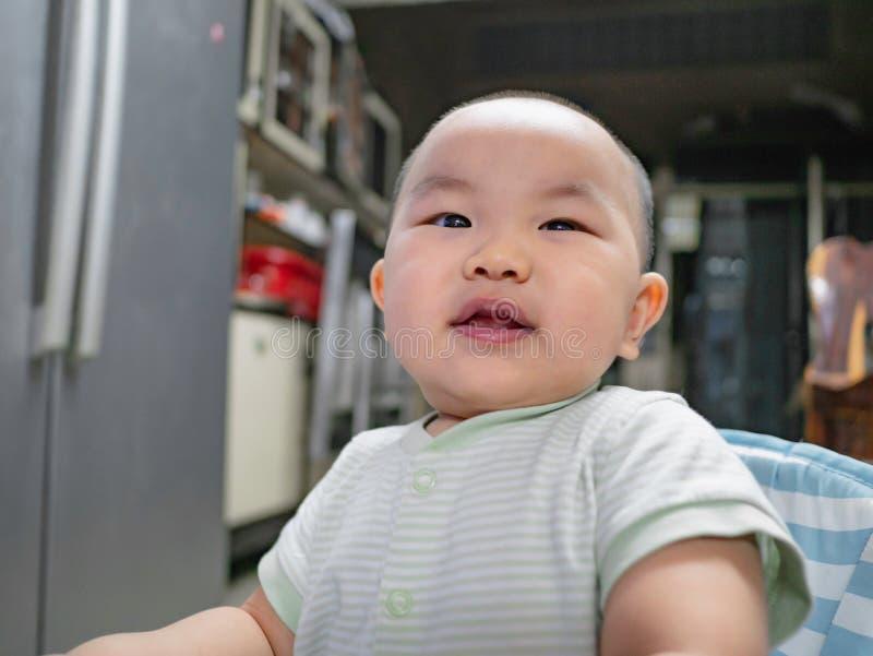 Ståendefotoet av Cutie och den stiliga asiatiska pojken behandla som ett barn eller spädbarnet royaltyfria bilder