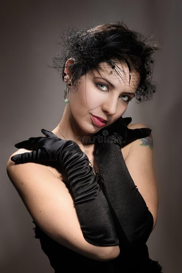 Ståendekvinna i svart royaltyfri bild