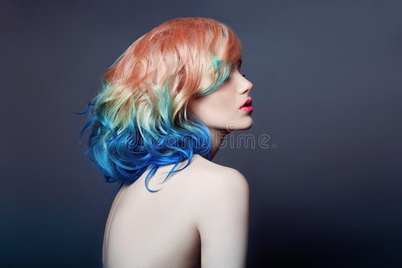 Ståendekvinna med ljust kulört flygahår, all purpurfärgad blått för skuggor Hårfärgläggning, härliga kanter och makeup Fladdra fö royaltyfria bilder