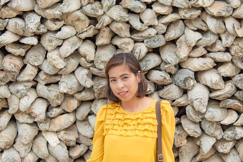 Ståendekvinnabakgrund som fossil- återstår av skal i Thailand royaltyfria foton