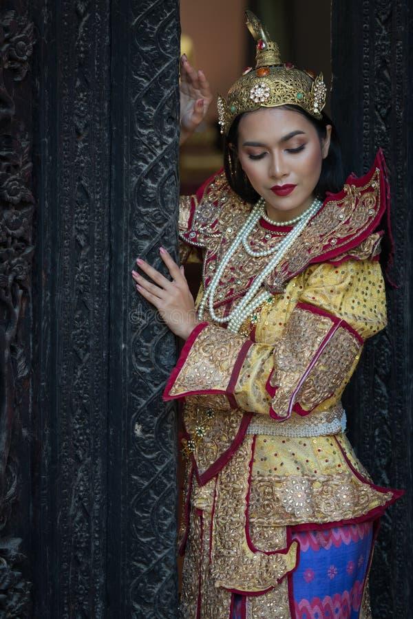 Ståendekvinnor i myanmar traditionella dräkter arkivbild