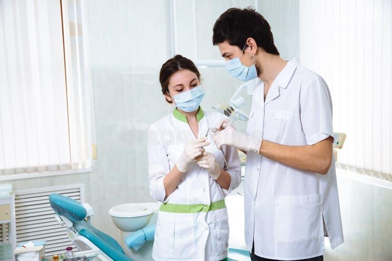 Ståendeman och kvinna för två tandläkare i tand- kontor Begrepp av sunt arkivfoto