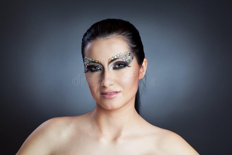 Glamorös caucasian kvinna med smyckensmink arkivbild
