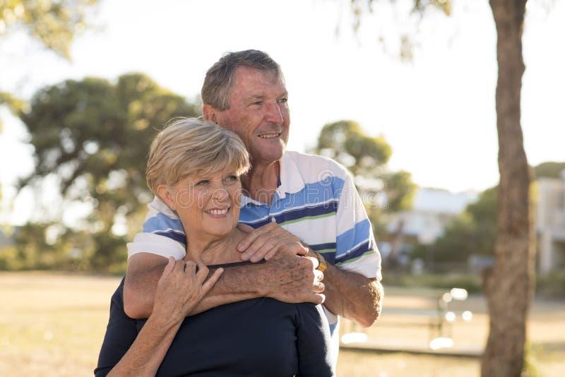 Ståenden av amerikansk högt härligt och lyckligt mognar par ar royaltyfria bilder