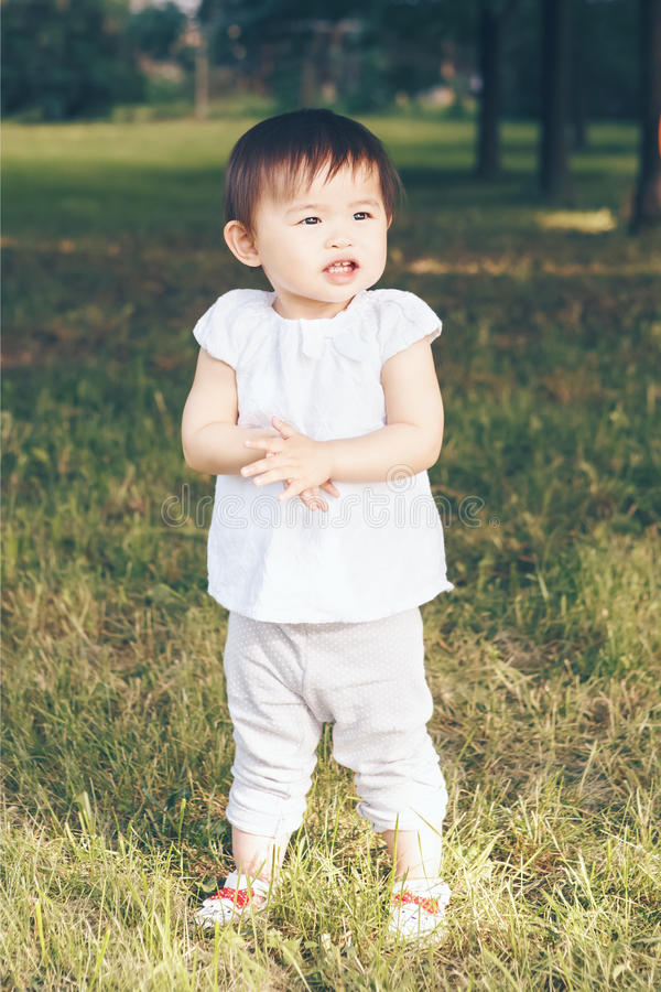 Ståenden av asiatet behandla som ett barn applådera henne händer royaltyfria bilder