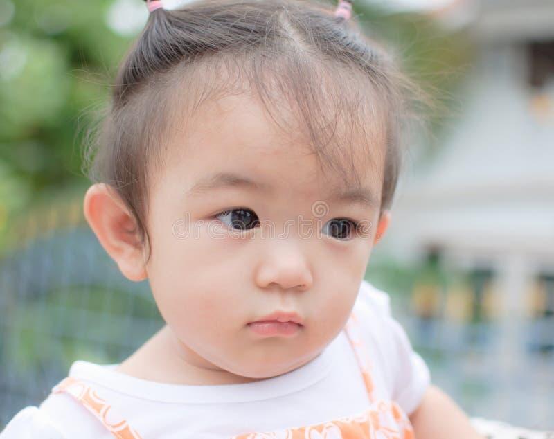 Ståenden av asiatet behandla som ett barn flickan arkivbild