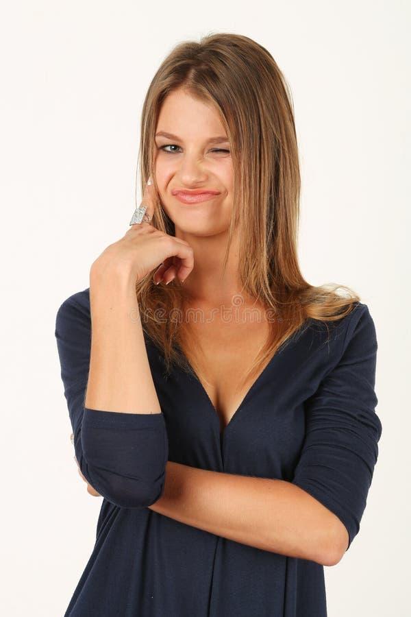 Ståenden av att le den unga kvinnan i blått klär royaltyfri foto