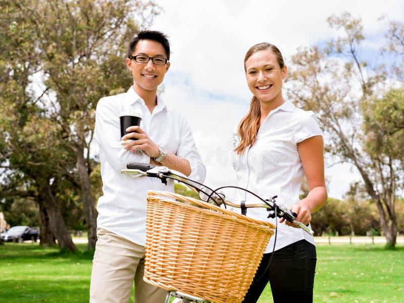 Ståenden av att le paranseende parkerar in med cykelsamtal royaltyfri fotografi