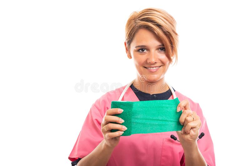 Ståenden av bärande rosa färger för den kvinnliga veterinären skurar visninggräsplan förbinder arkivbilder