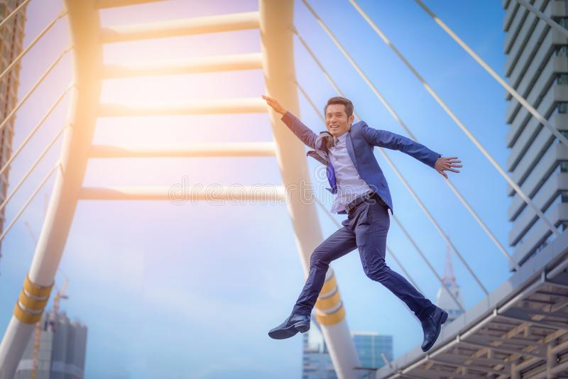 Ståenden av banhoppningen för affärsmannen med armar firar upp på blurr arkivfoton