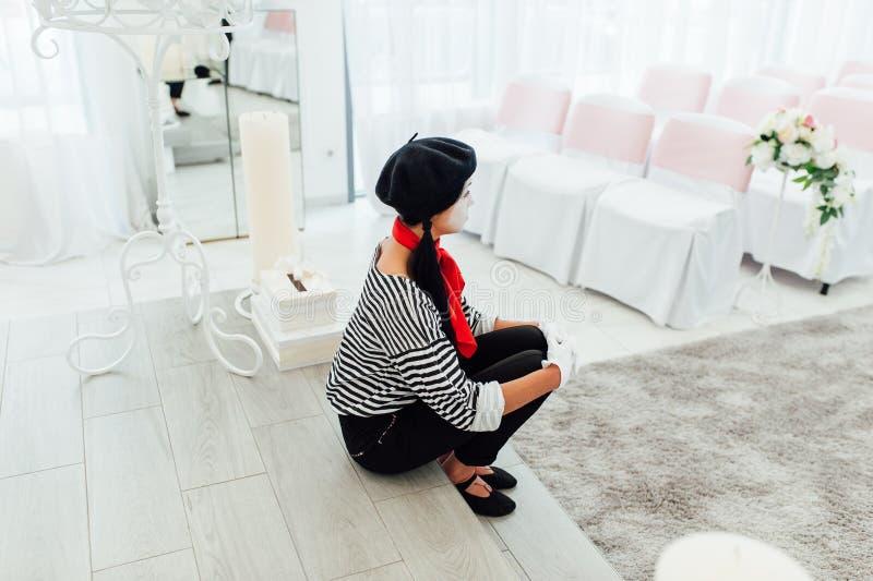 Ståenden av barn efterapar flickan med den svarta hatten royaltyfria foton