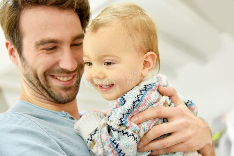 Ståenden av barnfadern med hans behandla som ett barn royaltyfria foton