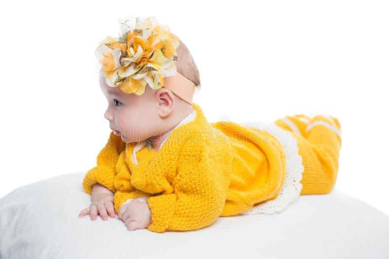 Ståenden av behandla som ett barn flickan med den gula blomman fotografering för bildbyråer
