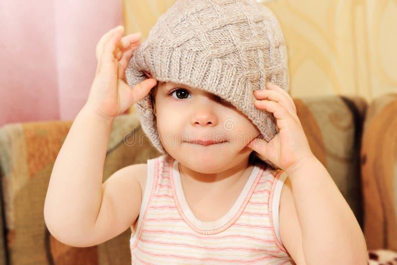 Ståenden av behandla som ett barn ha på sig toppluvan royaltyfri bild