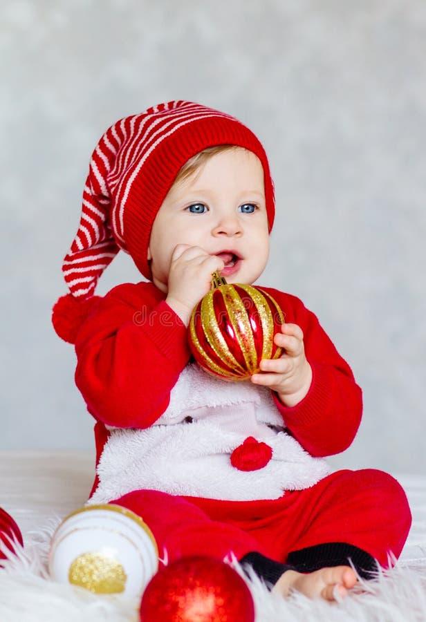 Ståenden av behandla som ett barn klätt som jultomtenhjälpredan arkivfoton