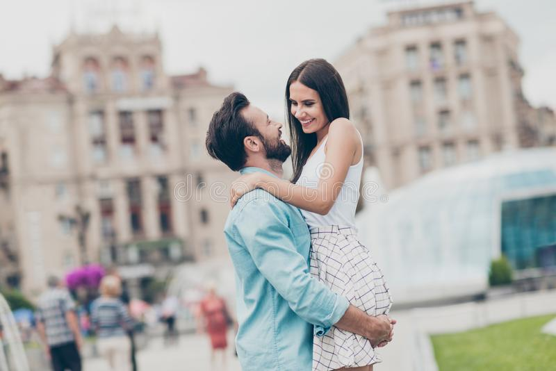 Ståenden av bekymmerslösa romanska romantiska par har fri tid som ferier promenerar kela den spännande hållhandälsklingen arkivbilder