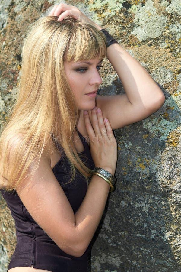 Ståenden av blondinen med blått synar fotografering för bildbyråer