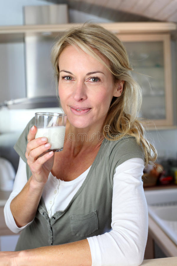 Ståenden av blont dricka för kvinna mjölkar arkivbilder