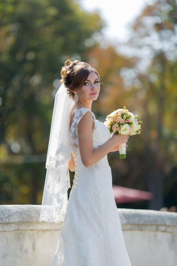 Ståenden av bruden med buketten parkerar in royaltyfria foton